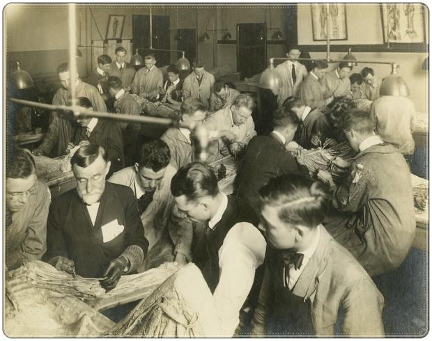 El Dr. Rufus Weaver y los estudiantes en el laboratorio de anatomía macroscópica en Hahnemann Medical College, sin fecha.